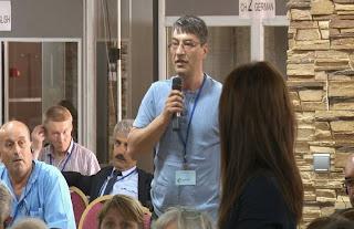 O Σερήφ Μουσταφά υποβάλλει την πρώτη ερώτηση