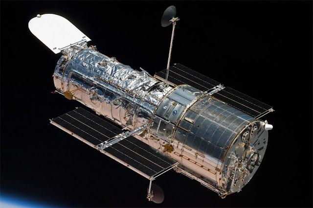 Telescópio Espacial Hubble em órbita ao redor da Terra