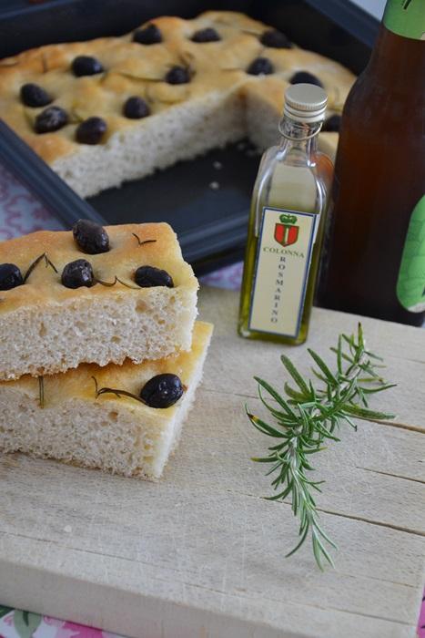focaccia doppio rosmarino con olive nere