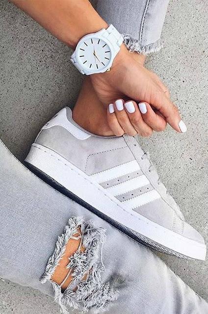 scarpe adidas ripped jeans e orologio bianco