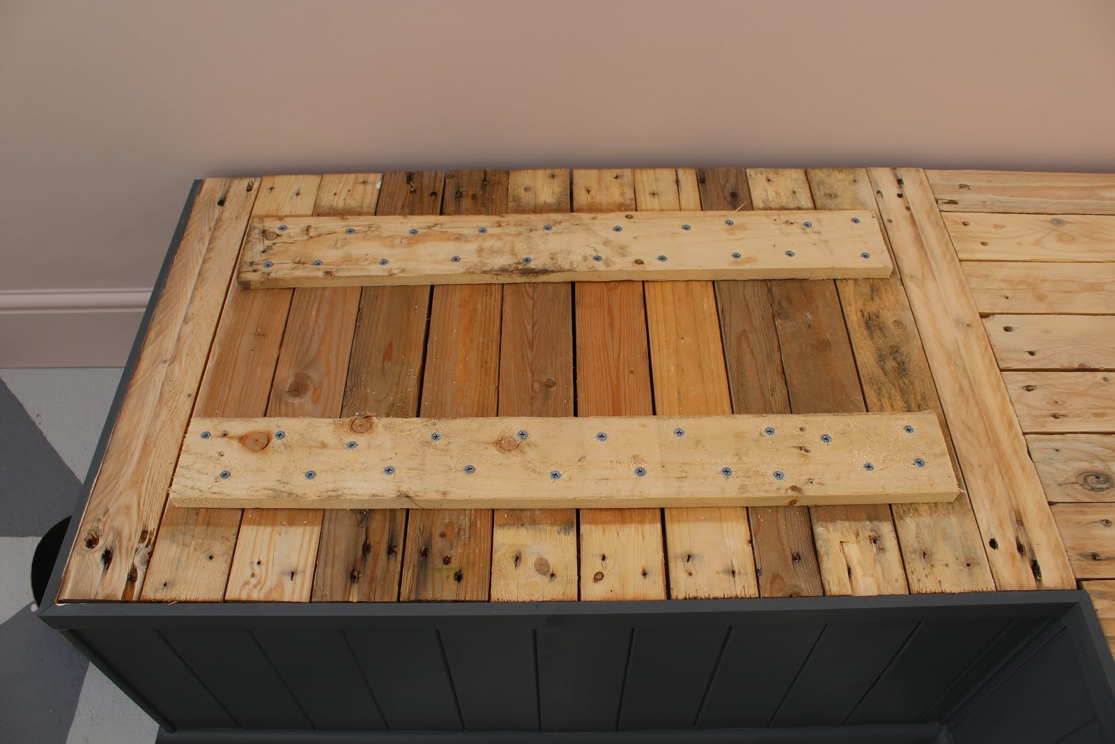 pallet bench with storage lid