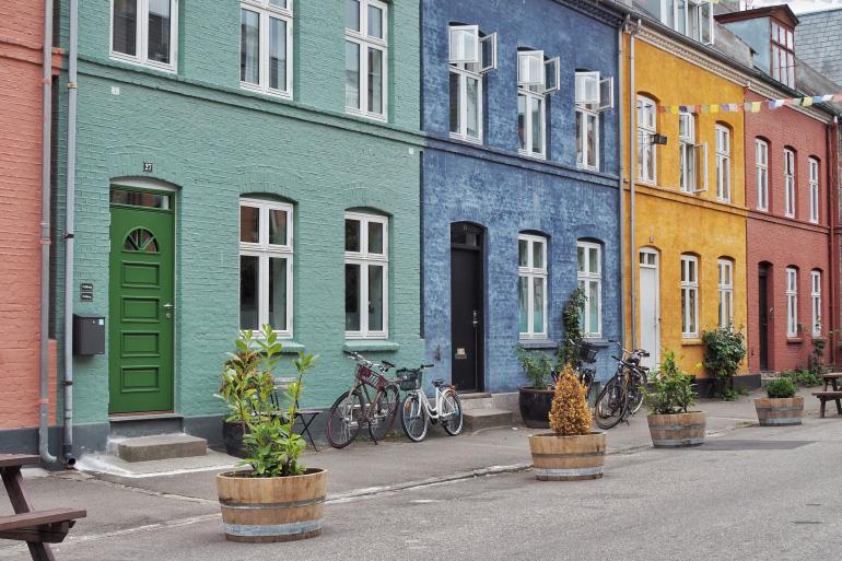 Les façades colorées de la rue de Olufsvej du quartier de Østerbro à Copenhague