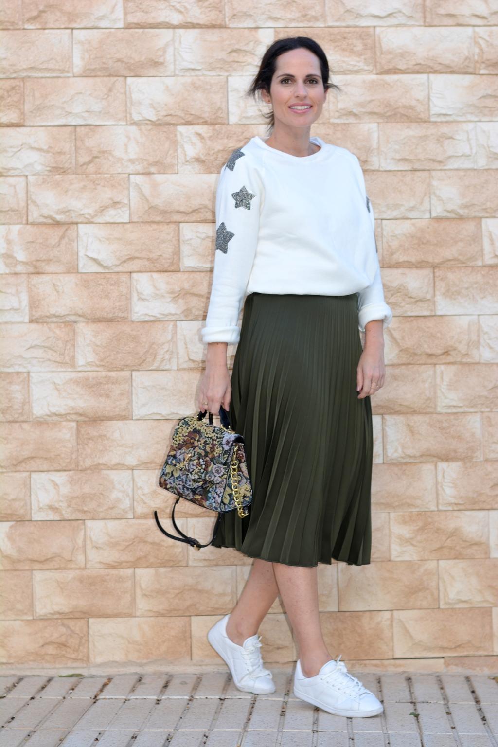 outfit-falda-midi-estrellas-sporty-look