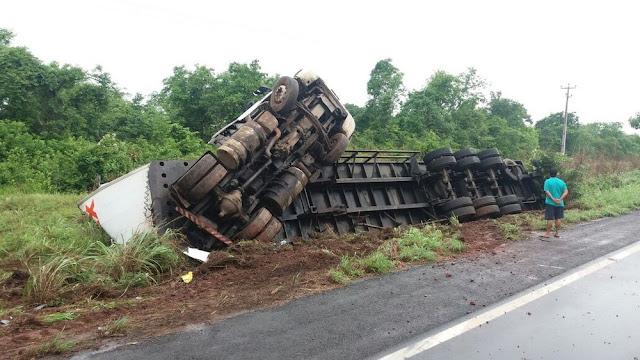 Carreta sai da pista e tomba na BR-226, no Maranhão