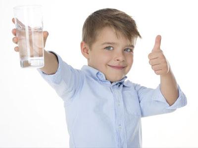 beneficios de tomar agua e ayunas
