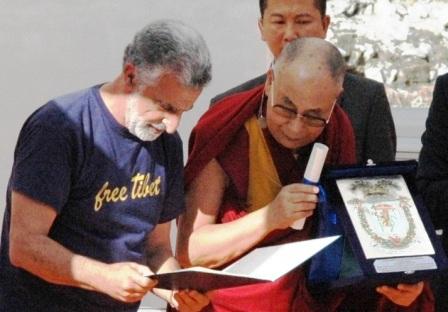 Dalai Lama a Catania, Bianco gli dona mala di pietre dell'Etna