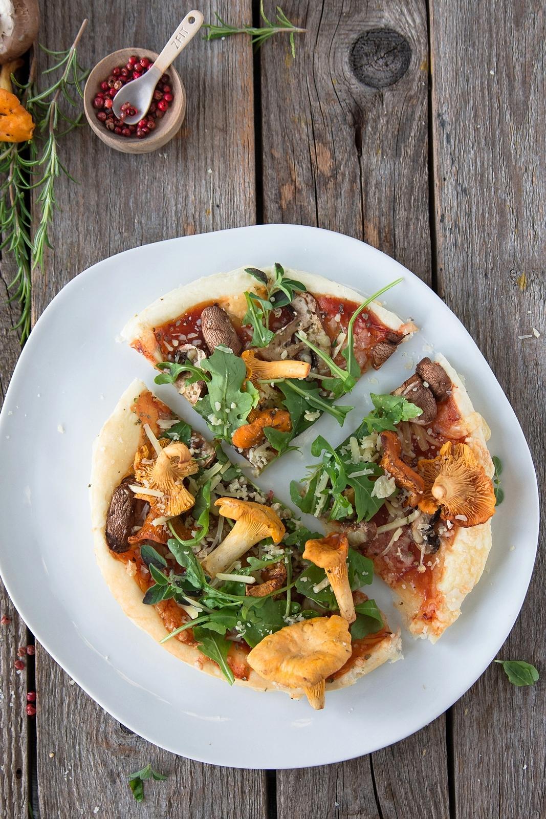 Blätterteig Pizza mit Eierschwammerl und Rucola