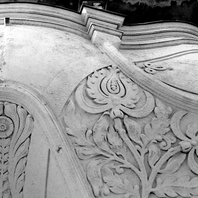 Fekete-fehér fotó épület homlokzatán található virágmintáról, illusztráció húsvéti vershez