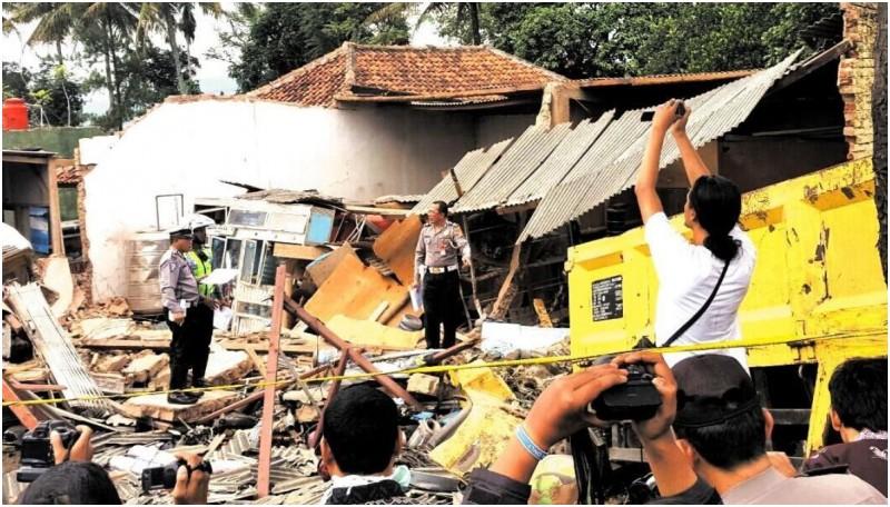 Bangunan bengkel hancur nyaris rata dengan tanah