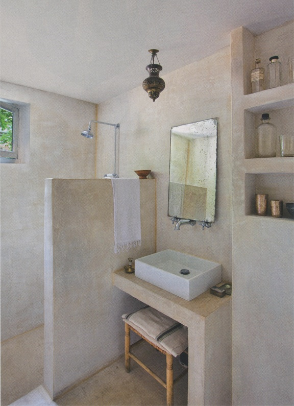 Natural modern interiors natural wall finishes tadelakt lime plaster Salle de bain baignoire rose