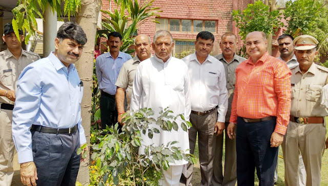 Commissioner of Police Amitabh Dhillon and retired staff took the planting plant