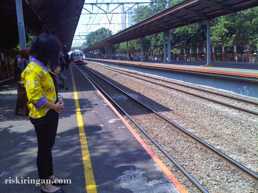 di belakang garis kuning commuterline