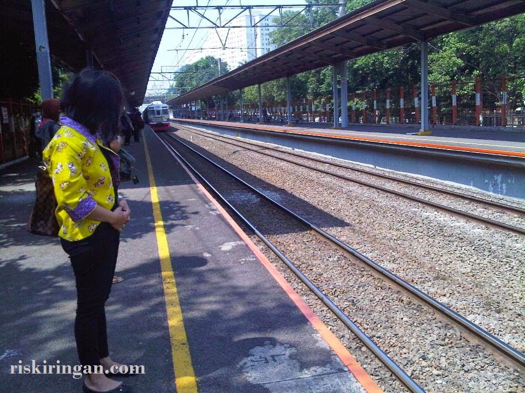 di belakang garis kuning commuterline