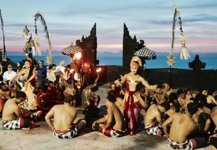 Ubud atrakcje, Ubud na Bali, małpi las w Ubud, Bali co zobaczyć, Bali Indonezja, Ubud restauracja, Ubud bali wycieczka, Ubud pogoda, Ubud pałac, Ubud małpy, Bali kecak, kecak dance
