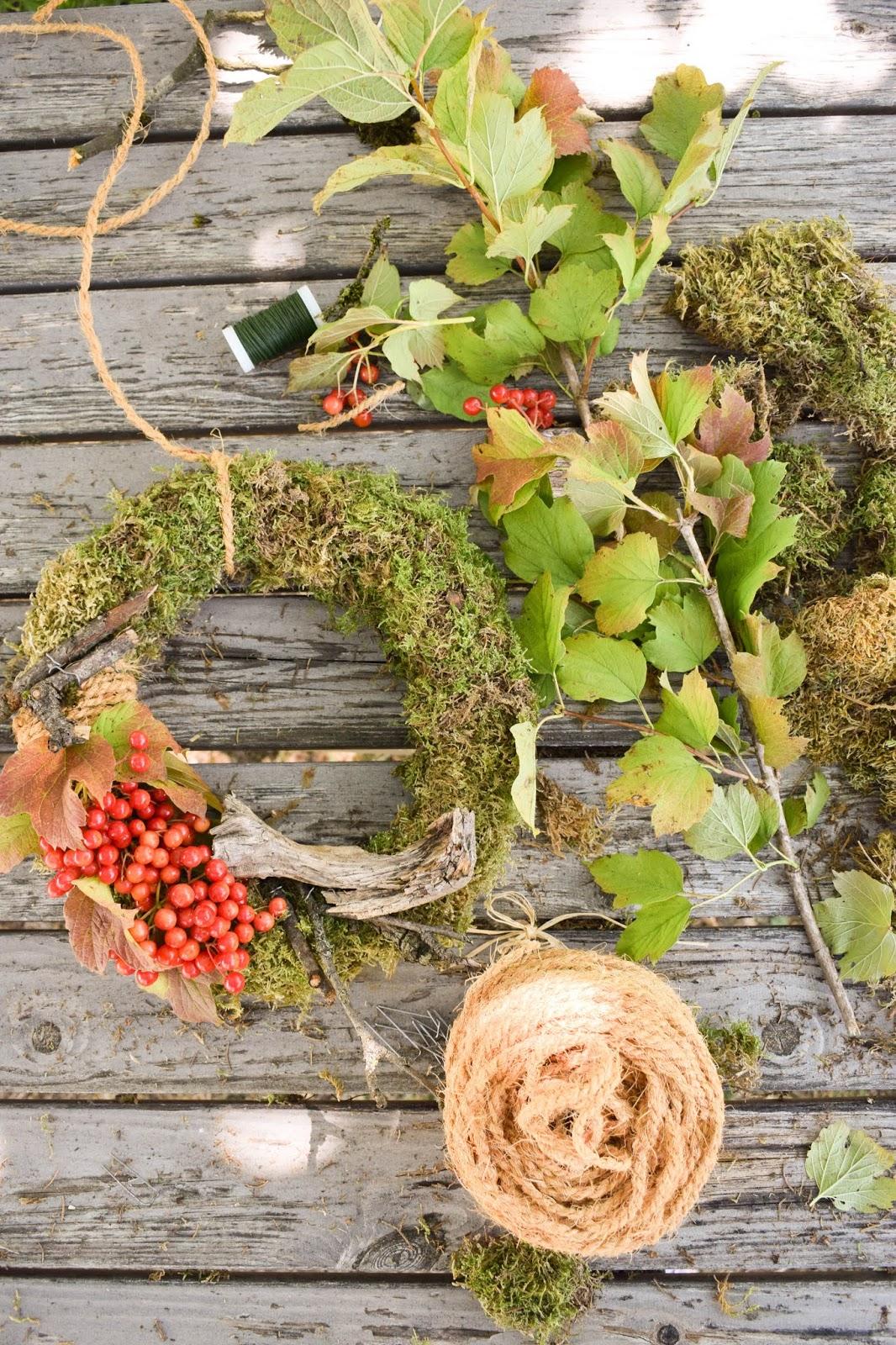 DIY Mooskranz einfach selber machen mit Moos Beeren Holz und Sisal. Naturdeko Anleitung zum Kranz binden. Dekorieren mit Natur. sisal herbstdeko