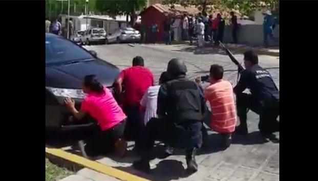 Vídeo se registra fuerte balacera en Puerto Escondido, Oaxaca