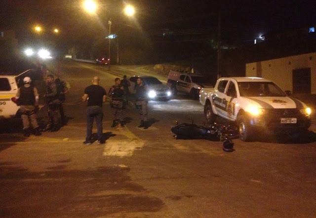 Suspeitos de roubar motocicletas furam bloqueios policiais e são presos após sofrerem acidente