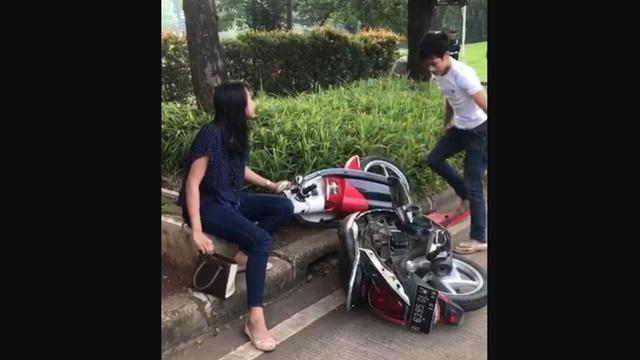 Tak Terima Ditilang, Pria Ini Banting-banting Motornya, Pacarnya Nangis: Udah Sayang Udah..