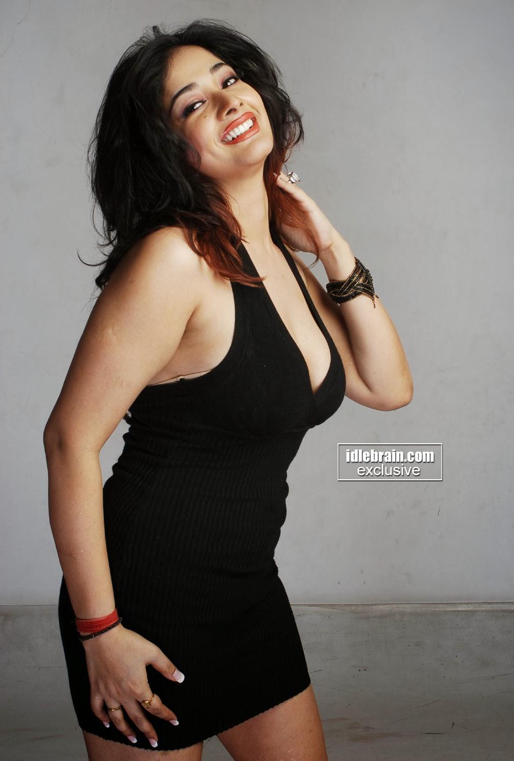 Indian Garam Masala Kiran Rathod Sexy Cleavage Photos