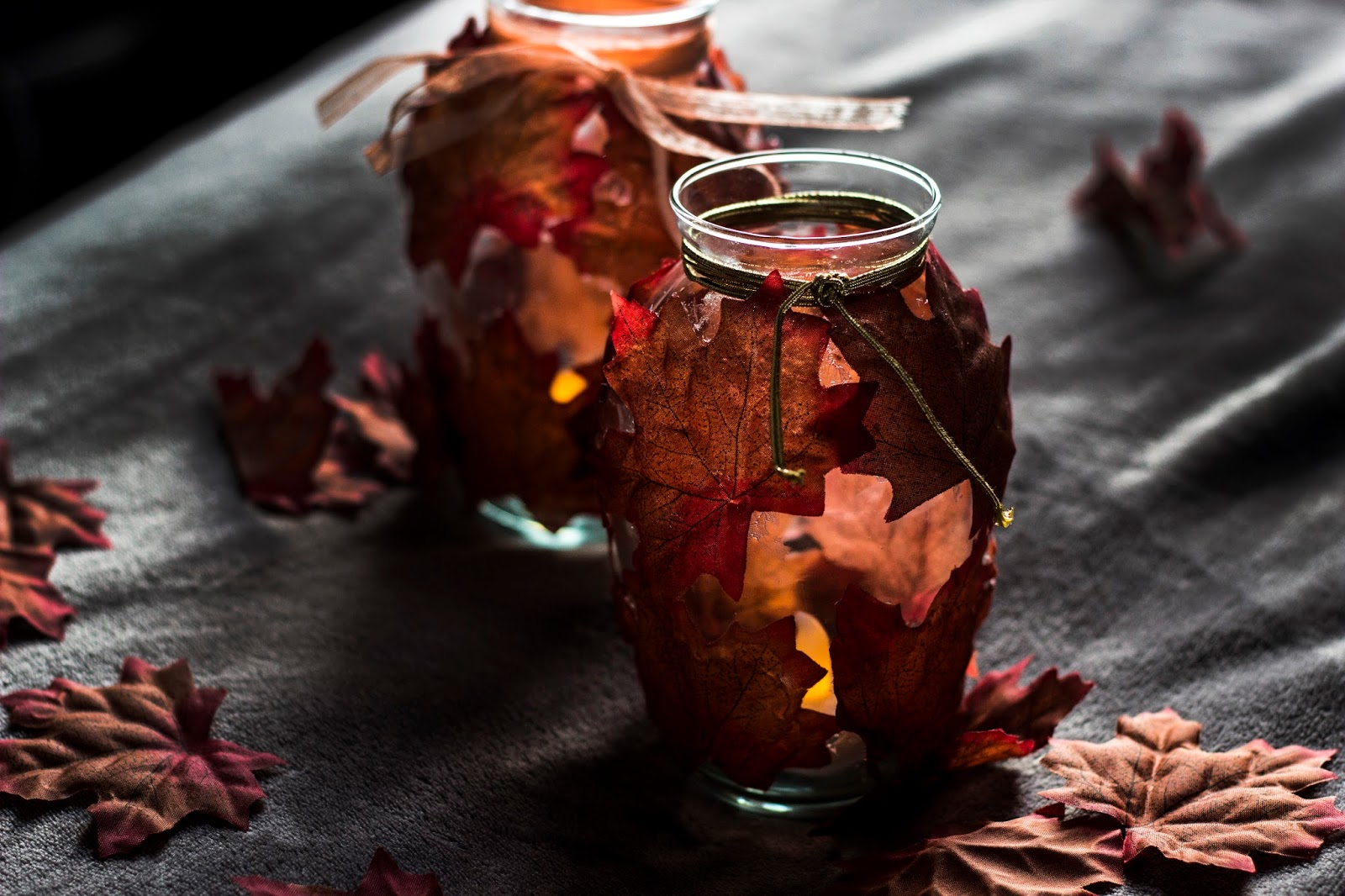 http://www.thewhimsicalwildling.com/2016/11/diy-autumnal-glow-jars.html