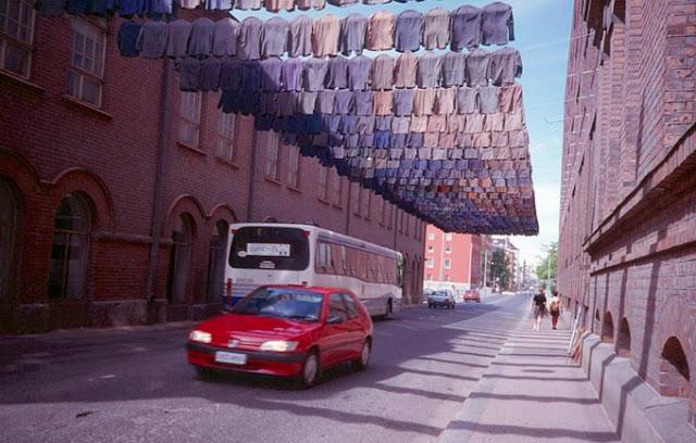 UrbA // ActU: L'artiste Kaarina Kaikkonen lave son linge en famille et l'expose - Installation