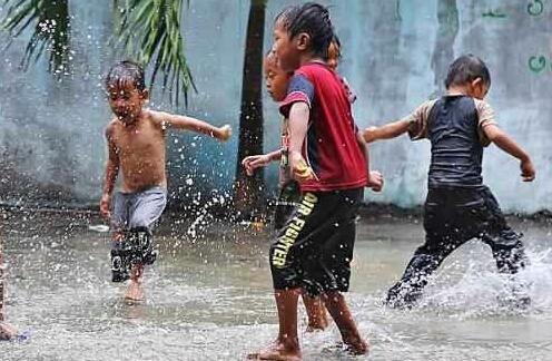 Bermain dengan Air Hujan