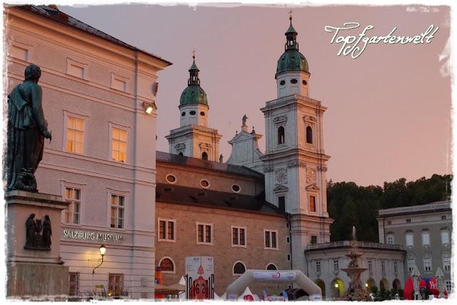 Mozartplatz Blick auf Salzburger Dom bei Dämmerung