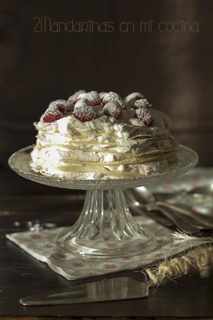 tarta de crepes con nata y frambuesas elaboracion facil