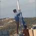 Αλβανοί; Πιάστηκαν ον κάμερα να κατεβάζουν και να σκίζουν την Ελληνική σημαία στο Ρέθυμνο (video)