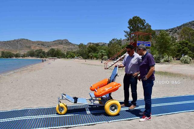 Ράμπα και ειδικό αμαξίδιο για την εξυπηρέτηση ατόμων με αναπηρία τοποθέτησε ο Δήμος στην παραλία Καραθώνας (βίντεο)