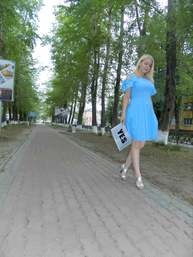 с чем носить голубое платье