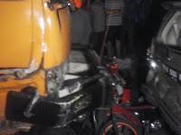 TRAGIS! Tronton rem blong tabrak 12 motor & 2 mobil di Semarang, 1 orang tewas