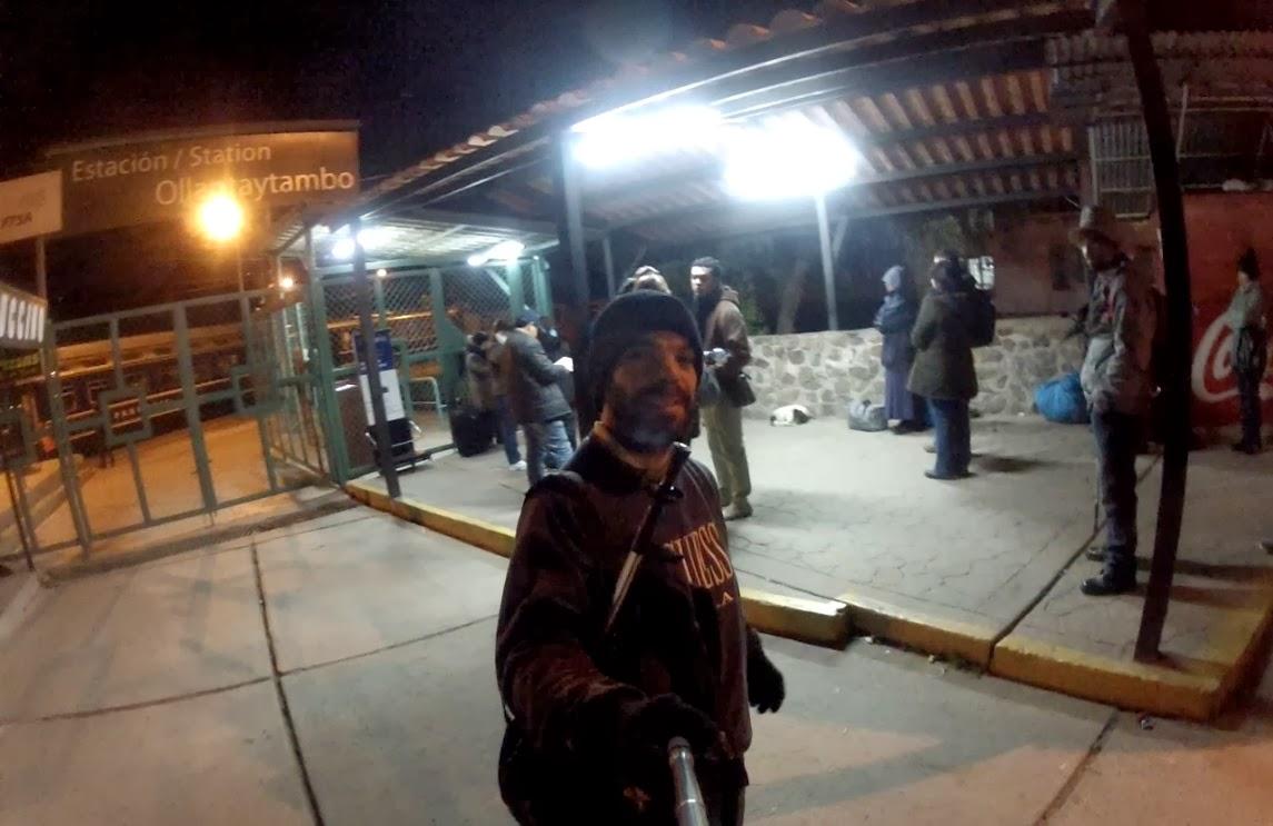 Pose para foto na entrada da estação de trem de Ollantaytambo / Peru.