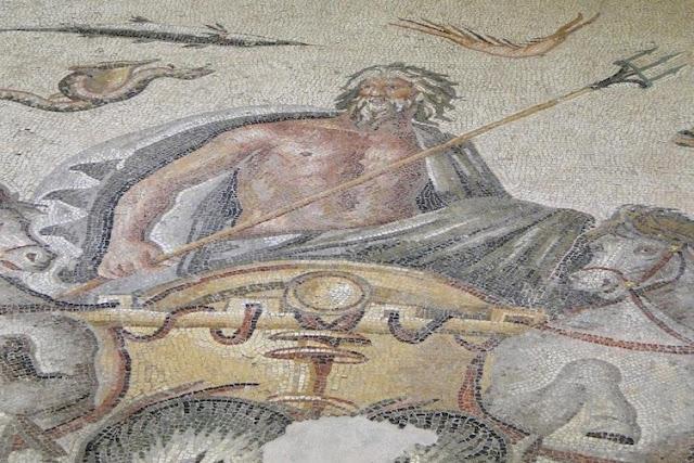 Видимо, домовладелец был хорошо образован и не чужд науке и искусствам. археология, история, мозаика