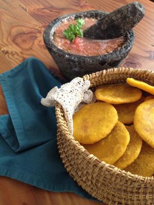 Sopaipillas sin gluten con salsa de chancho en piedra