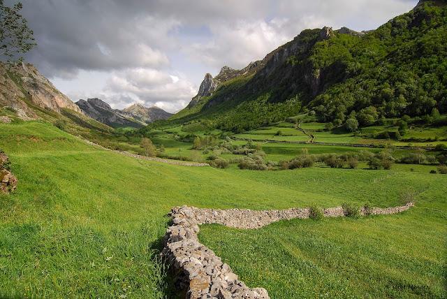 Valle del rio Valle Parque Natural Somiedo Asturias