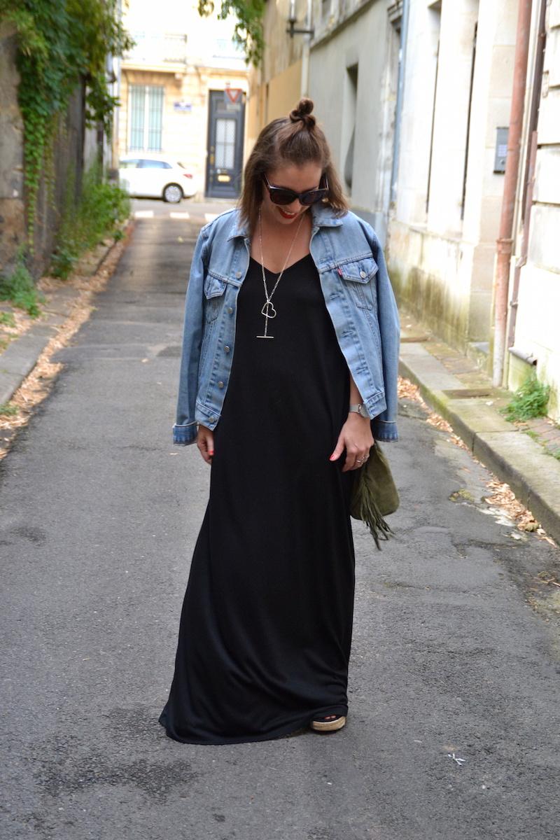 robe longue noire Asos, veste en jean Levi's, sac seau a frange Kaki, collier SeeMeOrg