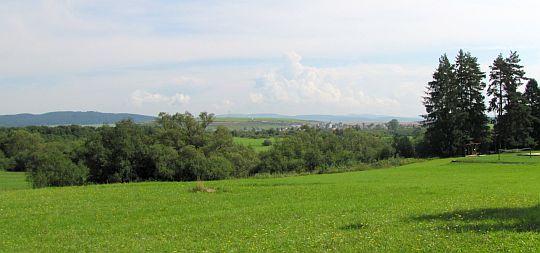 Podlesok - widok na północny wschód z niebieskiego szlaku.