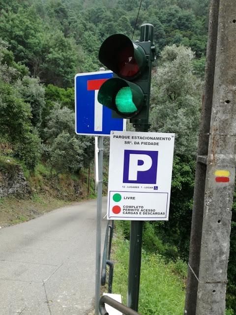 Semáforos para avisar se o estacionamento está livre ou ocupado
