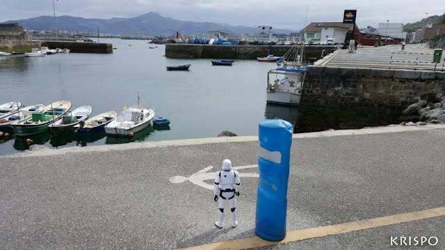clon de star wars mirando el puerto de hondarribia