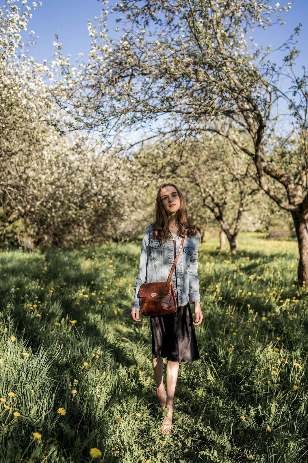 Black slip dress, denim jacket and tan coloured vintage Furla crossbody bag // Musta satiinimekko, farkkutakki ja Furlan vintagelaukku
