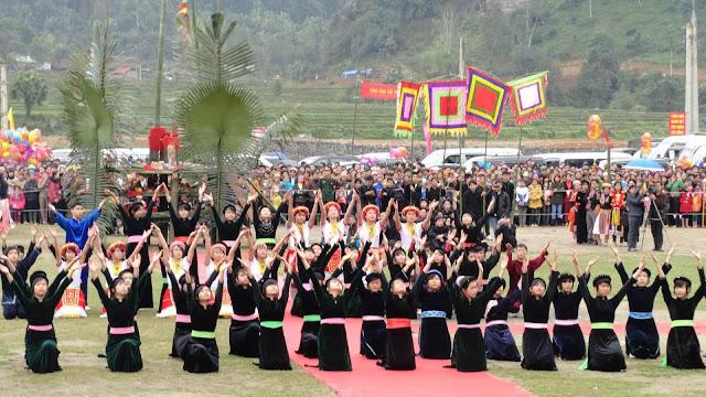 Nếu bạn muốn được tìm hiểu về lễ hội cầu Trăng của bà con dân tộc Tày ở thôn Bản Loan, xã Yên Định, huyện Bắc Mê thì thời điểm bạn lên Hà Giang là vào rằm tháng 8 (Tết trung thu). Tuy nhiên, bạn nên đến trước một hôm từ ngày 14 vì lễ hội sẽ gồm 2 phần: phần lễ và phần hội, trong khi phần lễ sẽ được thực hiện trước vào đêm 14/8 âm lịch.