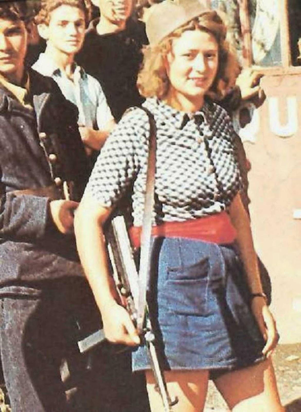 Simone Segouin en la película de 1944 de George Stevens. Inmortaliza a Simone, de 18 años, poco después de que ella ayudó a capturar a 25 soldados alemanes en su aldea natal de Thivars, al suroeste de París.