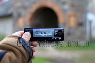 Измерение радиации около казарм в Клецке