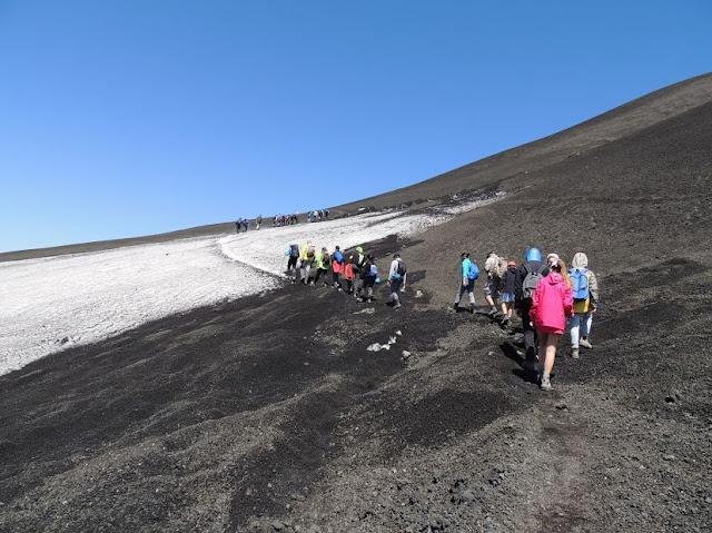 salendo verso i crateri sommitali dell'etna