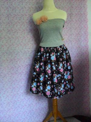 Model Rok Pendek Rampel Motif Bunga Selutut