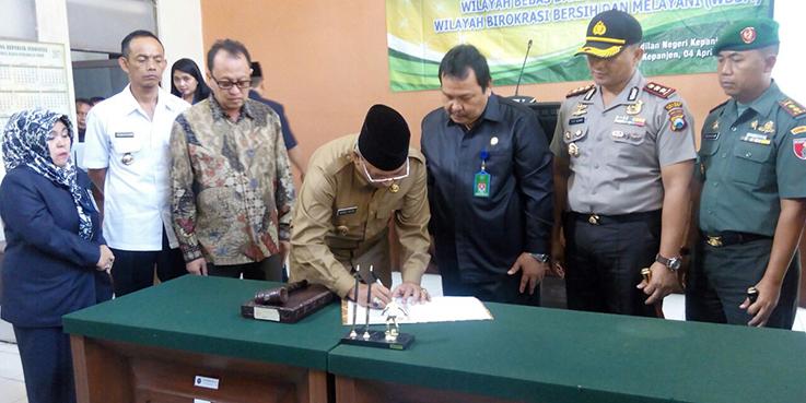 Bupati Malang Dr. H Rendra Kresna menandatangai komitmen Pembangunan Zona Itegritas (ZI).