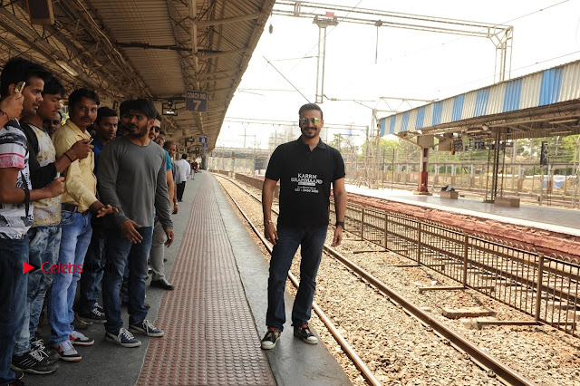 Bollywood Actor Vivek Oberoi Snapped Travelling by Local Train to Kelve  0002.JPG
