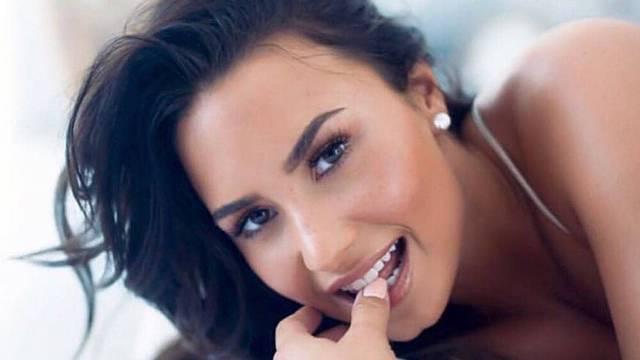Demi Lovato incendia las redes en traje de baño