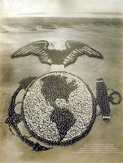 Photo de l'emblème des marines américainsprise par Mole et Thomas en 1919